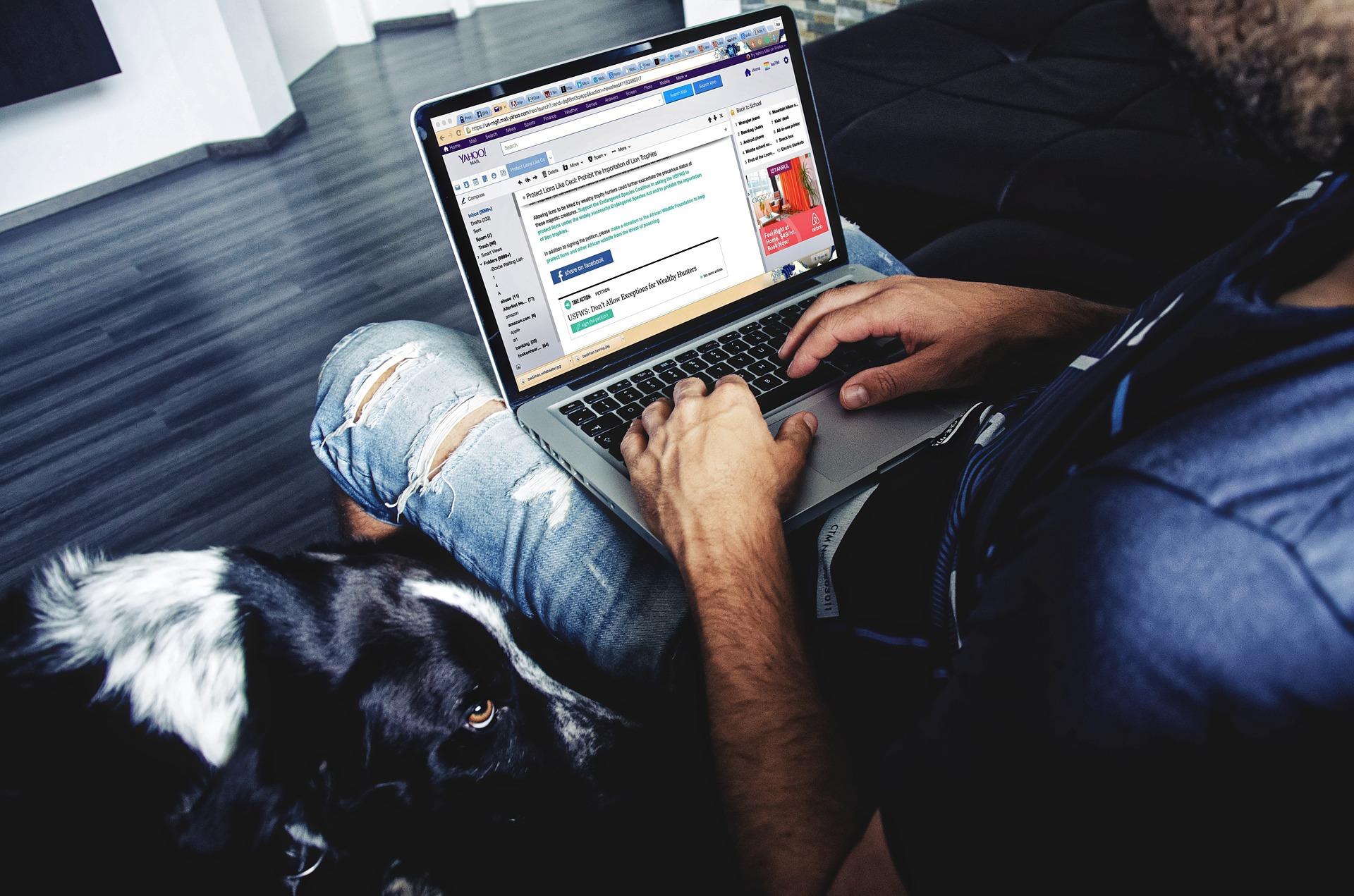 Proband mit Laptop auf Schoß